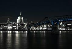 Jahrtausendbrücke gesehen von Tate Modern. St Paul Kathedrale lizenzfreies stockbild