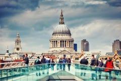 Jahrtausendbrücke und St- Paulkathedrale in London Stockbild