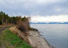 Jaillissez dans les sud du lac Baïkal dans le chemin de fer de Circum-Baikal Photos stock