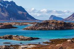 Jaillissez en la Norvège, la côte et les montagnes Photographie stock libre de droits