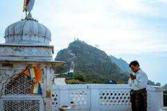 Jain pielgrzymia dewotka medytuje przed sławną dziejową Jainism świątynią fotografia stock