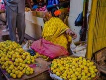 JAIPUR, ÍNDIA - 25 DE AGOSTO: As mulheres indianas vendem o alimento nas ruas em Jaipur, Índia Da Índia das mulheres na venda pob Fotos de Stock