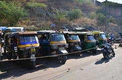 Jaipur, Índia - 29 de dezembro de 2014: O auto riquexó taxis perto do forte ambarino Foto de Stock
