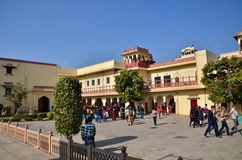 Jaipur, Índia - 29 de dezembro de 2014: Os povos visitam o palácio da cidade Imagens de Stock Royalty Free