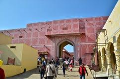 Jaipur, Índia - 29 de dezembro de 2014: Os povos visitam o palácio da cidade em Jaipur, Índia Imagem de Stock