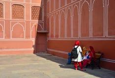 Jaipur, Índia - 29 de dezembro de 2014: Os povos visitam o palácio da cidade em Jaipur, Índia Imagens de Stock Royalty Free