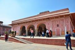 Jaipur, Índia - 29 de dezembro de 2014: Os povos visitam o palácio da cidade em Jaipur, Índia em Jaipur, Índia Foto de Stock Royalty Free