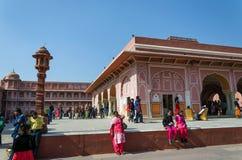 Jaipur, Índia - 29 de dezembro de 2014: Os povos visitam o palácio da cidade em Jaipur Foto de Stock Royalty Free
