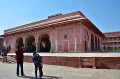 Jaipur, Índia - 29 de dezembro de 2014: Os povos visitam o palácio da cidade em Jaipur Foto de Stock