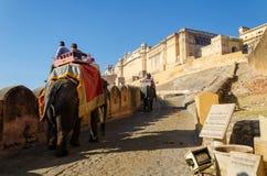 Jaipur, Índia - 29 de dezembro de 2014: Os turistas apreciam o passeio do elefante em Amber Fort Imagem de Stock