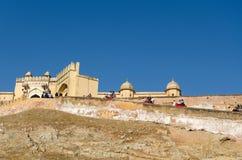 Jaipur, Índia - 29 de dezembro de 2014: Os turistas apreciam o passeio do elefante em Amber Fort Fotografia de Stock Royalty Free