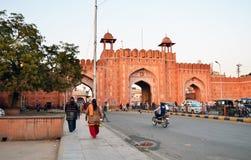 Jaipur, Índia - 29 de dezembro de 2014: Porta de Sanganeri da visita dos povos de Jaipur Fotos de Stock