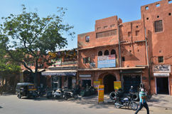 Jaipur, Índia - 29 de dezembro de 2014: Povos indianos na rua do Jaipur Imagens de Stock Royalty Free