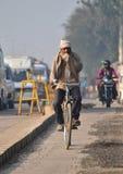 Jaipur, Índia - 30 de dezembro de 2014: Povos indianos que montam uma bicicleta em Jaipur Fotografia de Stock Royalty Free