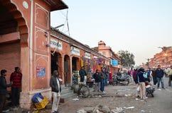 Jaipur, Índia - 29 de dezembro de 2014: Ruas da visita dos povos de Indra Bazar em Jaipur Fotografia de Stock