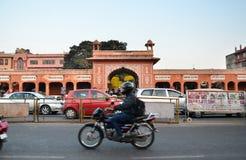 Jaipur, Índia - 29 de dezembro de 2014: Ruas da visita dos povos do bazar do Indra Foto de Stock Royalty Free
