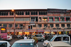 Jaipur, Índia - 29 de dezembro de 2014: Ruas da visita dos povos do bazar do Indra Imagens de Stock