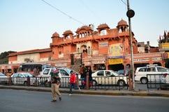 Jaipur, Índia - 29 de dezembro de 2014: Ruas da visita dos povos do bazar do Indra em Jaipur Imagens de Stock