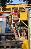 Jaipur, Índia - 30 de dezembro de 2014: Viajantes não identificados, na maior parte trabalhadores da construção no caminhão Fotografia de Stock