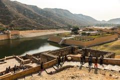 JAIPUR, ÍNDIA - 12 DE JANEIRO DE 2018: Amer Fort No subúrbio do norte de Jaipur, na crista de um monte rochoso atrás do lago Maot foto de stock royalty free