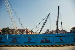 JAIPUR, ÍNDIA - 10 DE JANEIRO DE 2018: Construção do metro em Jaipur Cerco na estrada fotografia de stock royalty free
