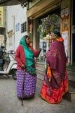 JAIPUR, ÍNDIA - 11 DE JANEIRO DE 2018: Mulher idosa indiana que fala na rua fotografia de stock royalty free