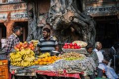 JAIPUR, ÍNDIA - 12 DE JANEIRO DE 2018: Troca de rua Loja do fruto fotos de stock royalty free
