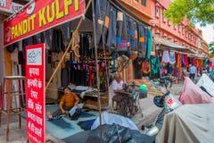 Jaipur, Índia - 19 de setembro de 2017: Tampas de assento confectioning do motobike do homem não identificado na rua de Johari Ba Fotografia de Stock Royalty Free