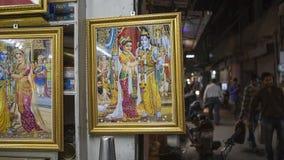 JAIPUR, ÍNDIA, EM DEZEMBRO DE 2016: Artigos e imagens religiosos indianos de dentro Fotografia de Stock Royalty Free