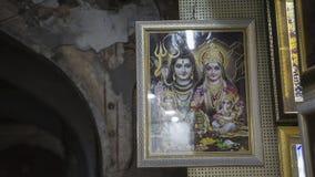 JAIPUR, ÍNDIA, EM DEZEMBRO DE 2016: Homem indiano não identificado que vende Religio Imagem de Stock