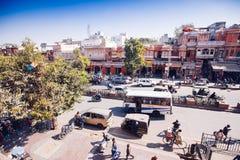JAIPUR, ΙΝΔΙΑ - 17 ΙΑΝΟΥΑΡΊΟΥ: Κορυφή yiew του δρόμου με έντονη κίνηση από Hawa Mahal Στοκ Εικόνες