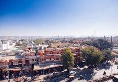 JAIPUR, ΙΝΔΙΑ - 17 ΙΑΝΟΥΑΡΊΟΥ: Κορυφή yiew του δρόμου με έντονη κίνηση από Hawa Mahal Στοκ εικόνα με δικαίωμα ελεύθερης χρήσης