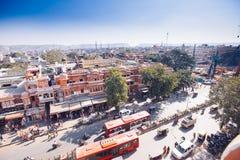 JAIPUR, ΙΝΔΙΑ - 17 ΙΑΝΟΥΑΡΊΟΥ: Κορυφή yiew του δρόμου με έντονη κίνηση από Hawa Mahal Στοκ εικόνες με δικαίωμα ελεύθερης χρήσης