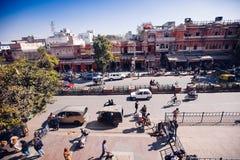 JAIPUR, ΙΝΔΙΑ - 17 ΙΑΝΟΥΑΡΊΟΥ: Κορυφή yiew του δρόμου με έντονη κίνηση από Hawa Mahal Στοκ Φωτογραφίες