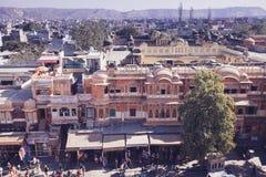 JAIPUR, ΙΝΔΙΑ - 17 ΙΑΝΟΥΑΡΊΟΥ: Κορυφή yiew του δρόμου με έντονη κίνηση από Hawa Mahal Στοκ φωτογραφίες με δικαίωμα ελεύθερης χρήσης
