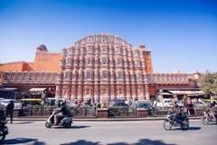JAIPUR, ΙΝΔΙΑ - 17 ΙΑΝΟΥΑΡΊΟΥ: Hawa Mahal ή θέση των ανέμων ή του αερακιού J Στοκ εικόνα με δικαίωμα ελεύθερης χρήσης