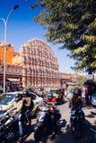 JAIPUR, ΙΝΔΙΑ - 17 ΙΑΝΟΥΑΡΊΟΥ: Hawa Mahal ή θέση των ανέμων ή του αερακιού J Στοκ φωτογραφία με δικαίωμα ελεύθερης χρήσης