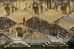 Jaipur, 09.2014 Ινδία-Νοεμβρίου: Τοπικές γυναίκες που διασχίζουν stepwells στοκ φωτογραφία με δικαίωμα ελεύθερης χρήσης