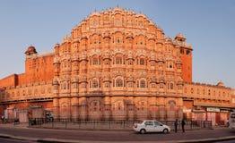 JAIPUR, ΙΝΔΙΑ - 18 ΝΟΕΜΒΡΊΟΥ 2012: Πρόσοψη Hawa Mahal - παλάτι των WI Στοκ εικόνα με δικαίωμα ελεύθερης χρήσης
