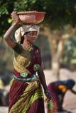 Jaipur, Inde, le 1er décembre 2017 : Les femmes travaillant les matériaux de construction dur de transport sur elle ont eu photographie stock