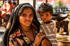 JAIPUR, INDE - 9 NOVEMBRE 2017 : Femme indienne non identifiée avec l'enfant Images stock