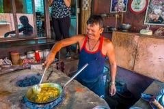 Jaipur, Inde - 20 septembre 2017 : Homme non identifié faisant cuire la nourriture indienne dans un plateau métallique au-dessus  photos libres de droits