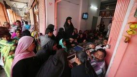 JAIPUR, INDIA - APRIL, 2013: Plaatselijke bevolking die juwelen kopen stock video