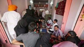JAIPUR, INDIA - APRIL, 2013: Plaatselijke bevolking die juwelen kopen stock videobeelden