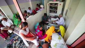 JAIPUR, INDIA - APRIL, 2013: Plaatselijke bevolking die juwelen kopen stock footage