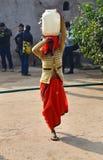 Jaipur, India - December 30, 2014: De lokale vrouwen dragen hun dagelijkse lading op hun hoofd Royalty-vrije Stock Foto's