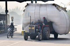 Jaipur, India - December 30, 2014: Indische mens die zwaar overbelaste vrachtwagen in Jaipur drijven Royalty-vrije Stock Foto