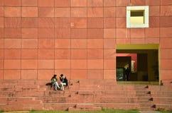 Jaipur, India - dicembre 2014: Popolo indiano di visita Jawahar Kala Kendra Fotografia Stock Libera da Diritti