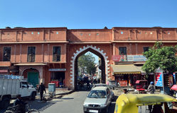 Jaipur, India - 29 dicembre 2014: Popolo indiano sulla via della città rosa immagine stock libera da diritti