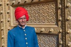 JAIPUR, INDIA - il 27 gennaio: Guardia del portone al palazzo della città su Januar Immagine Stock